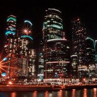 Яркая ночь в городских огнях :: Alena Karpova
