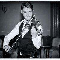 Одинокий скрипач в тёмном зале :: Леонид Лунгу