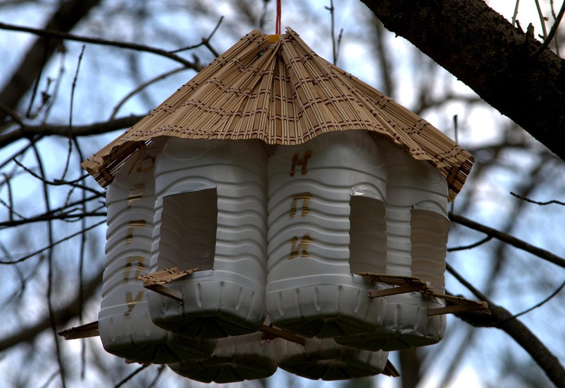 Оригинальные кормушки для птиц своими руками подручными средствами