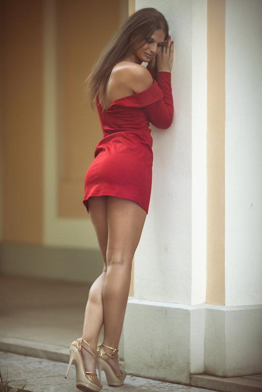 Девушка в коротком платье идет
