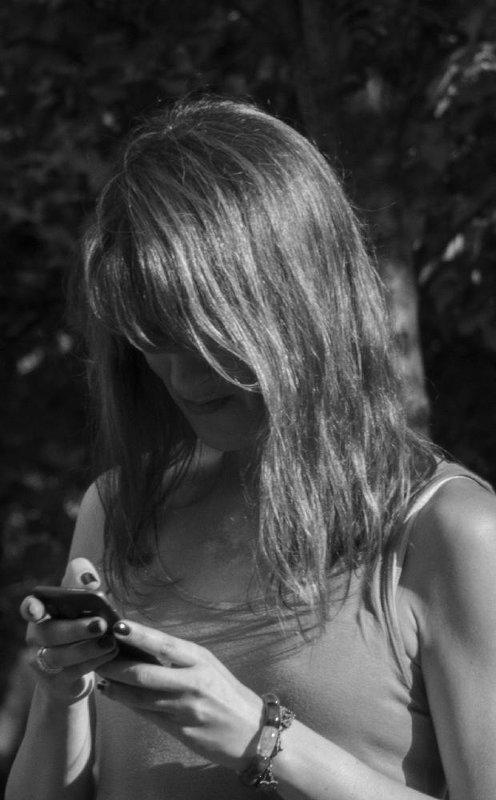 Увлеченная телефоном - Алексей Ярошенко