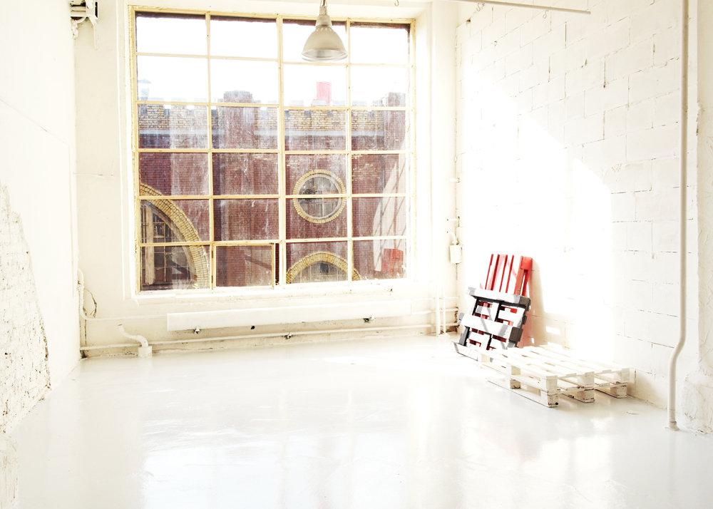 Замок за окном зала White №117 - фотошкола ФОТОГРАФ