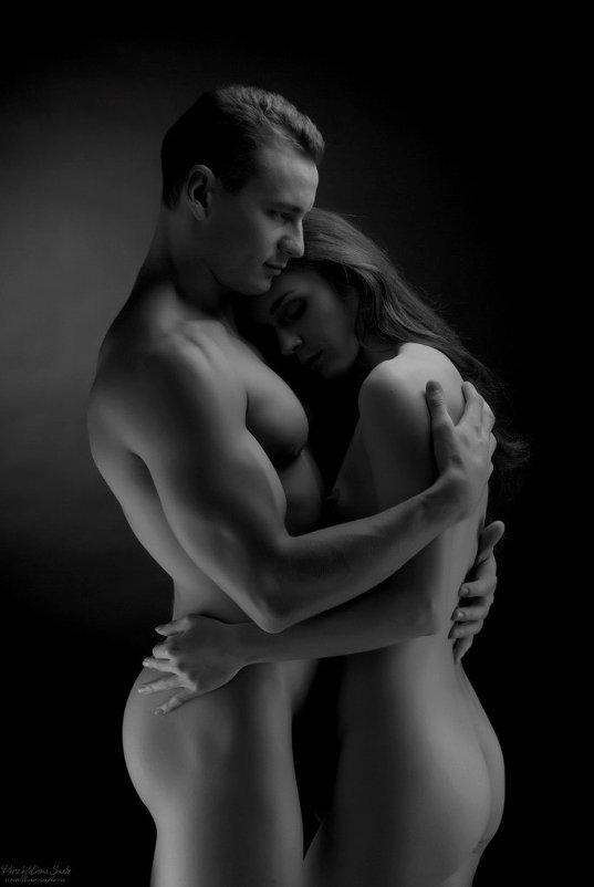 Голые мужчина и эротическая женщина фотосессия