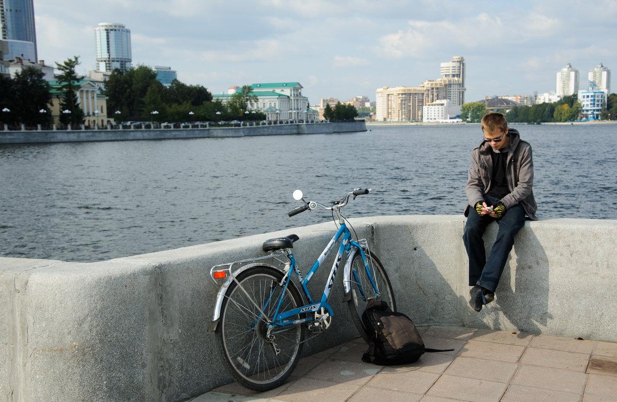 велосипедист на набережной - Дмитрий Часовитин