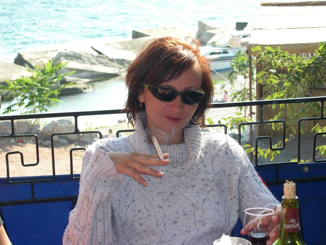 девушка в баре у моря - Сергей Дихтенко