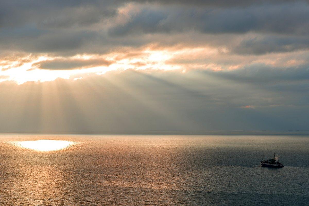 про кораблик в море и лучи солнца - Алексей Яковлев