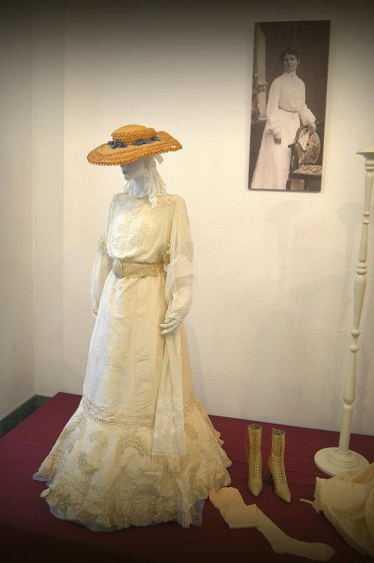 Женское платье на выставке - Ростислав