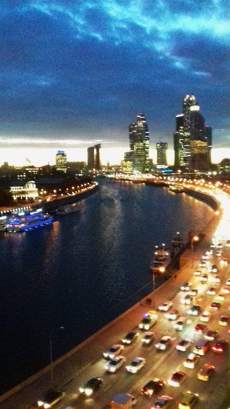 Москва — в сиянии огней,Москва — в движении машин..... - Galina Leskova