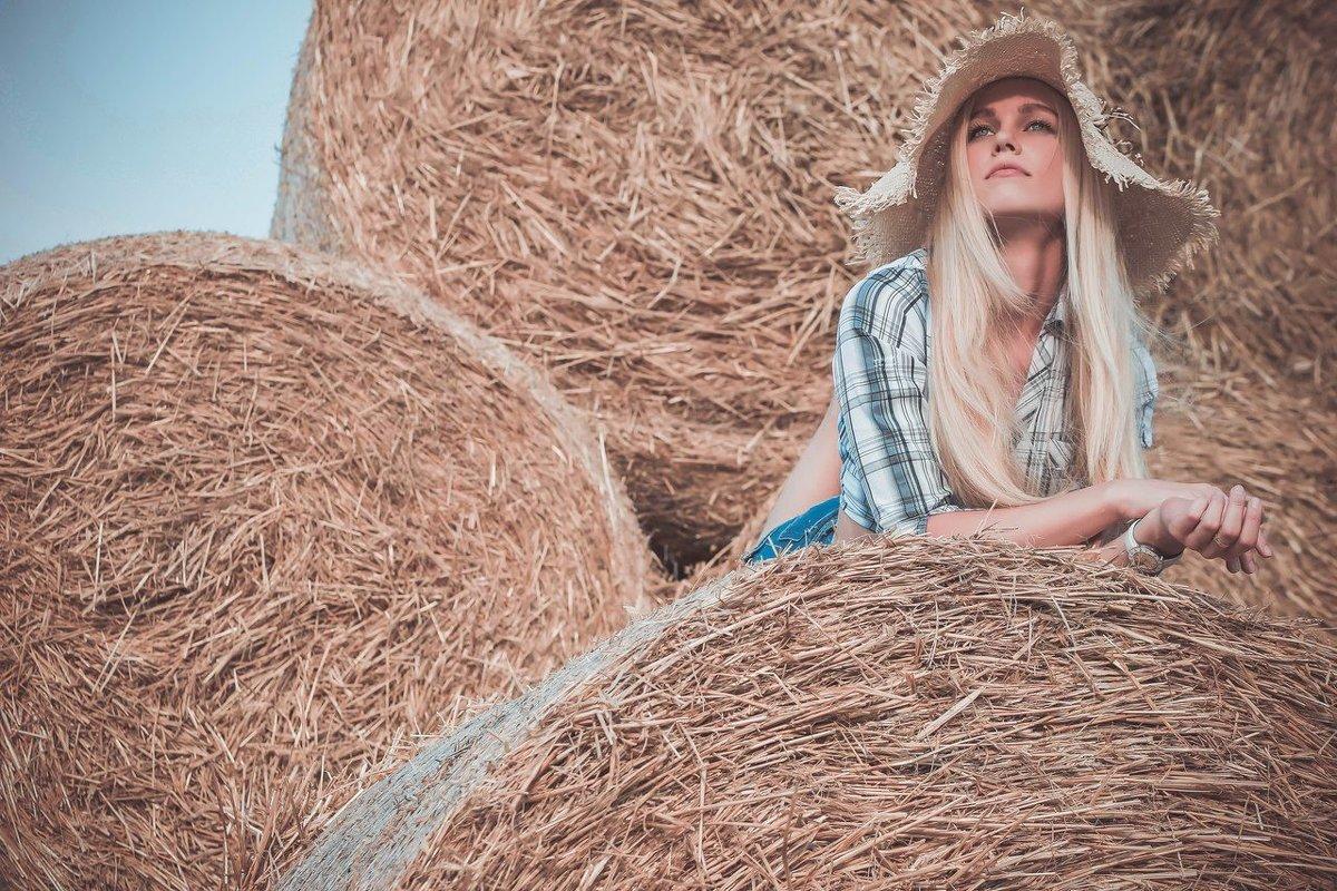 фото девушка на сене