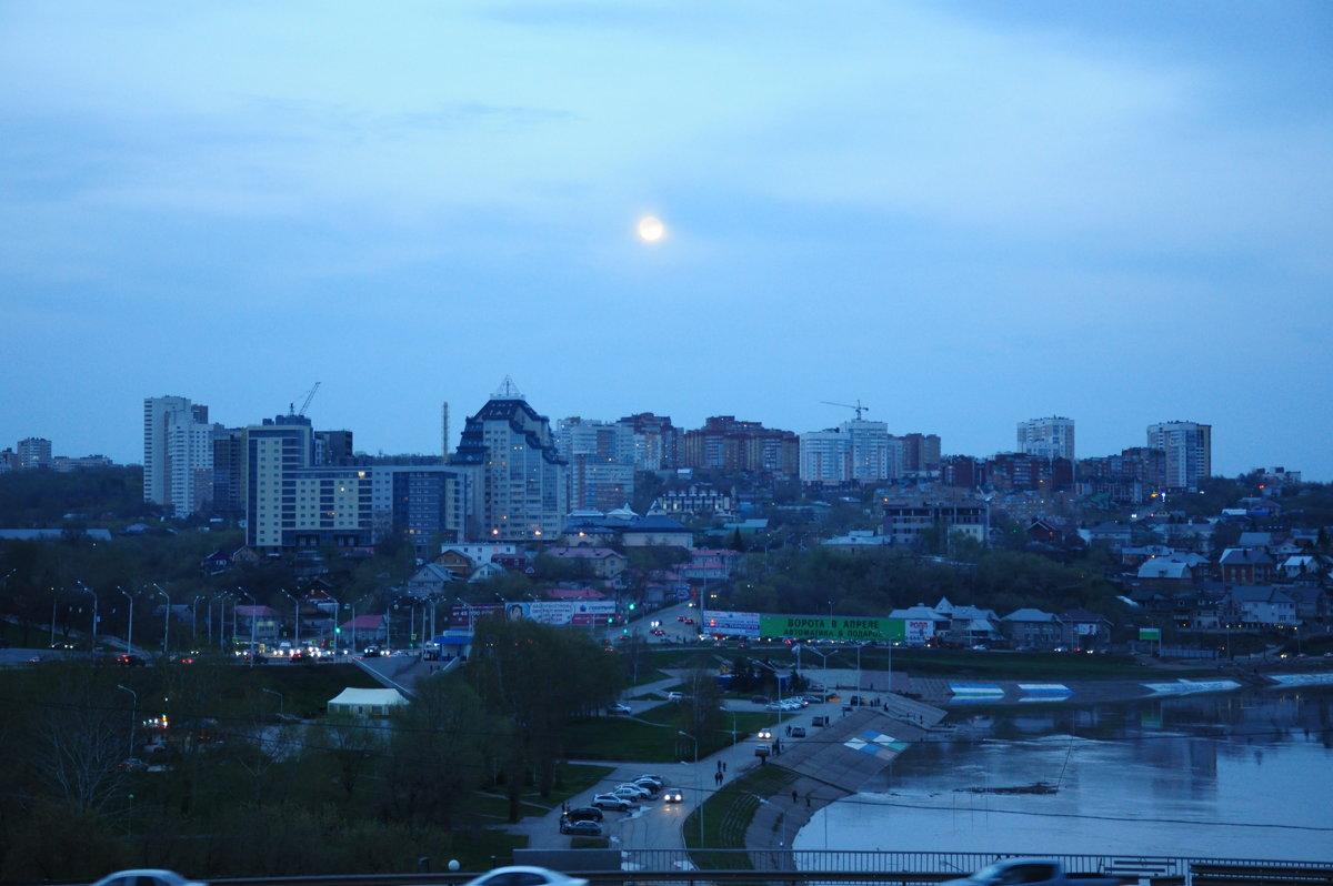 Луна над вечерним городом - Сергей Тагиров
