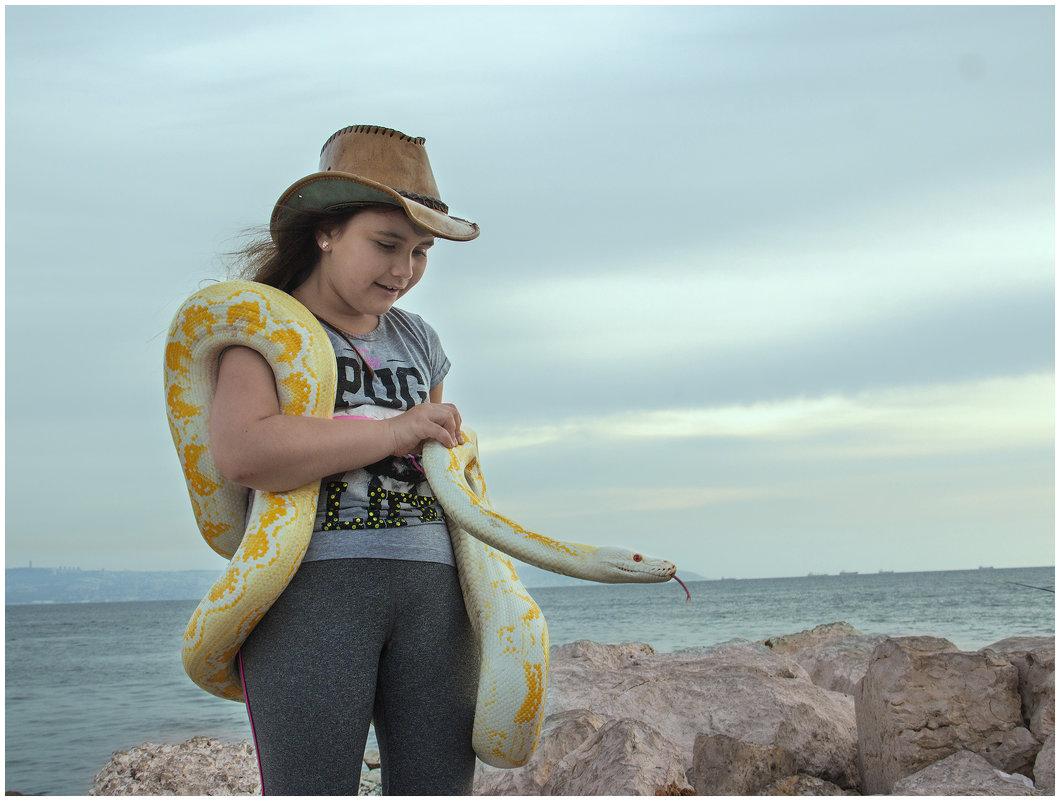 Девочка и питон на берегу моря - klara Нейкова