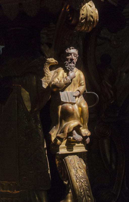 Пермская деревянная скульптура в лучах света - Александр Буторин