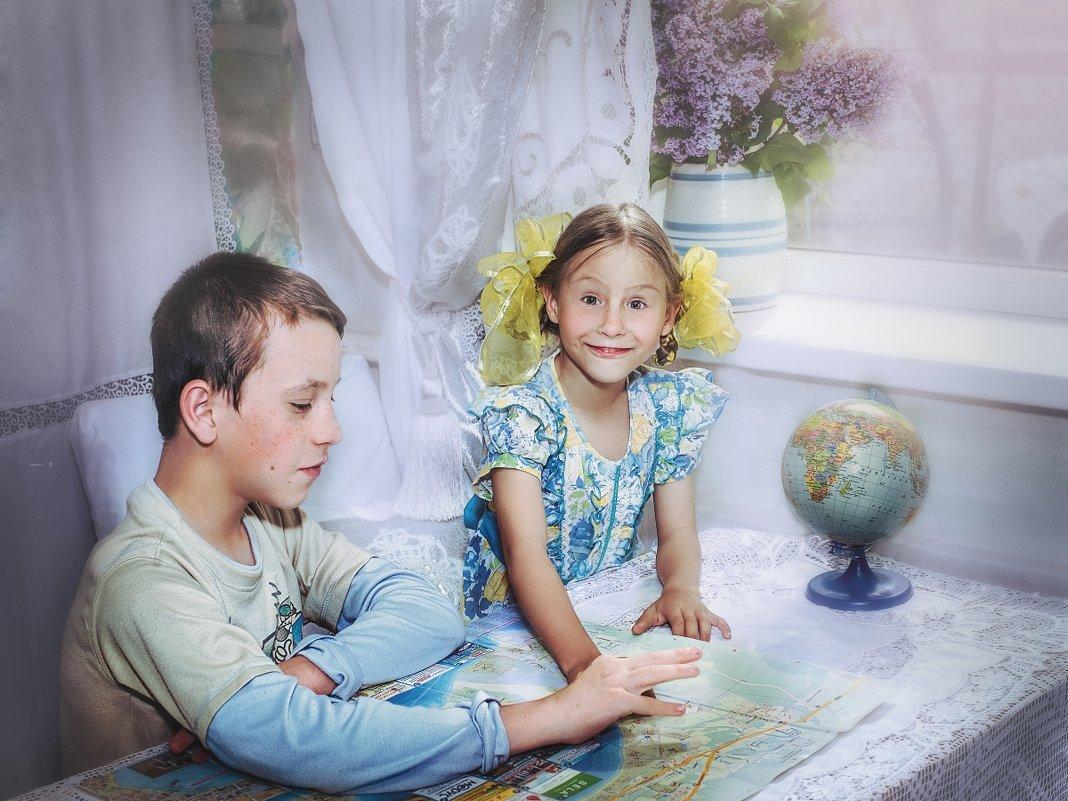 Дети с картой Черноморского побережья. - Olga Zhukova