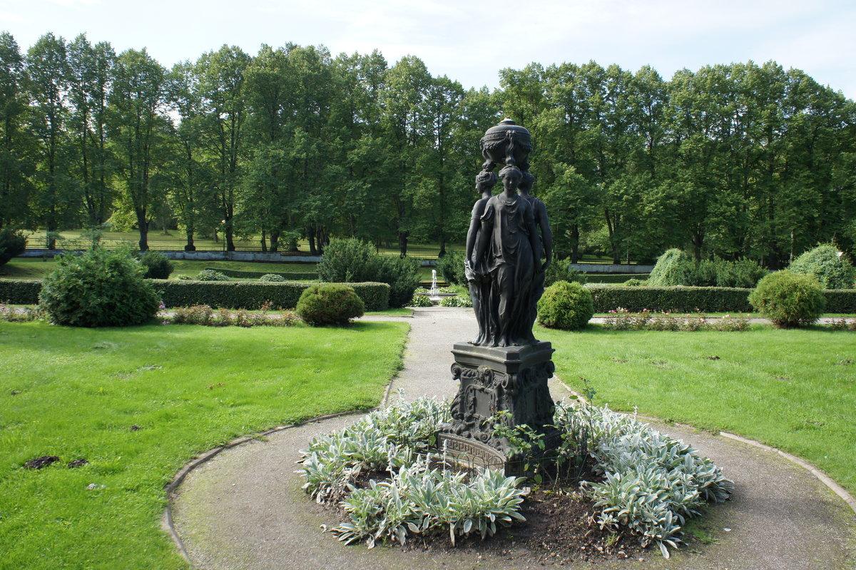 Три грации в дворцовом саду - Елена Павлова (Смолова)