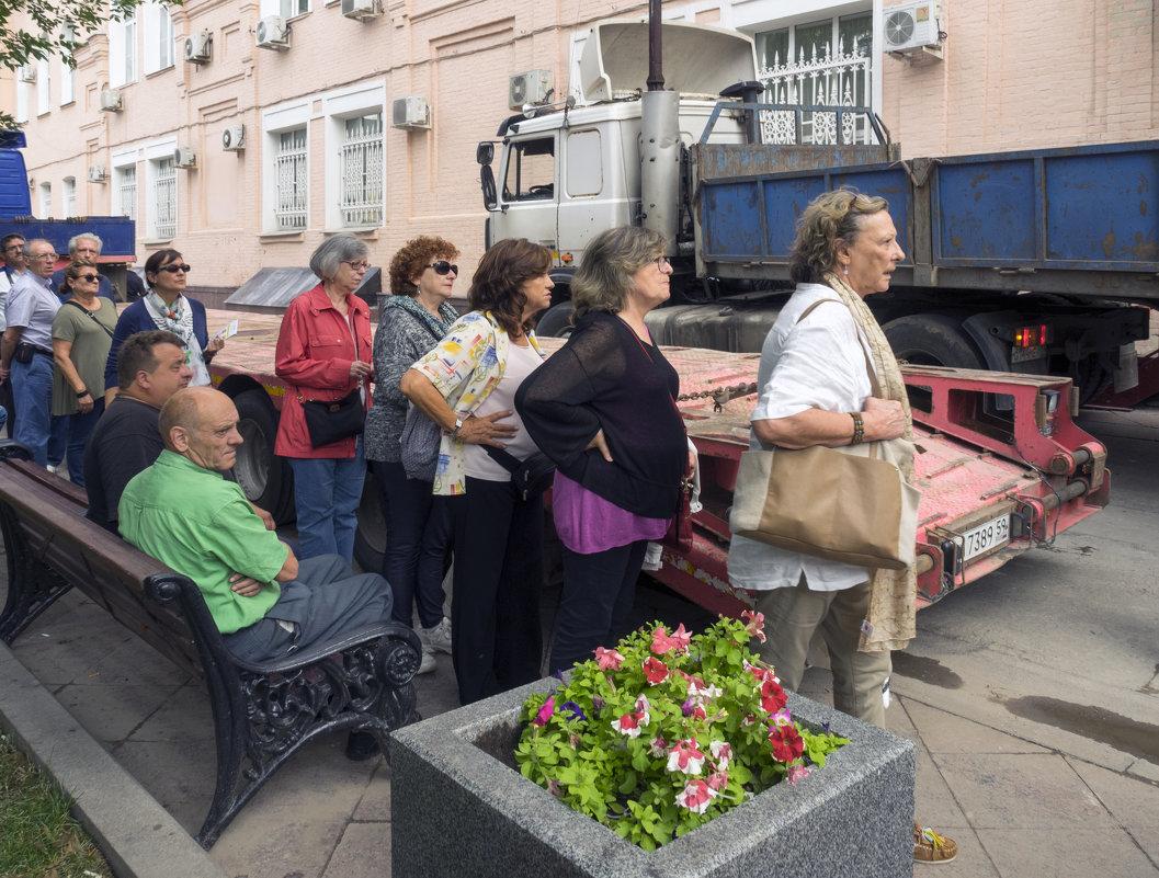 Москва. Туристы продвигаются от метро к Третьяковке - Владимир Шибинский
