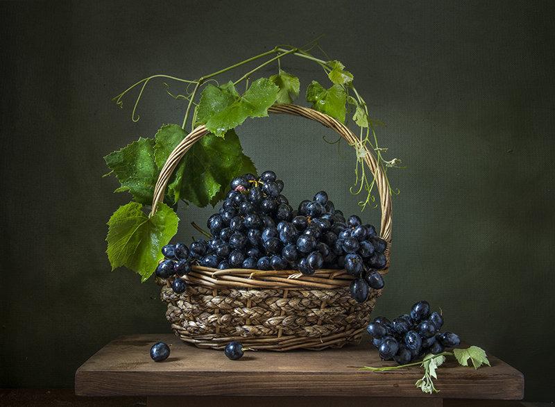 Корзина с виноградом. - Людмила Костюченко