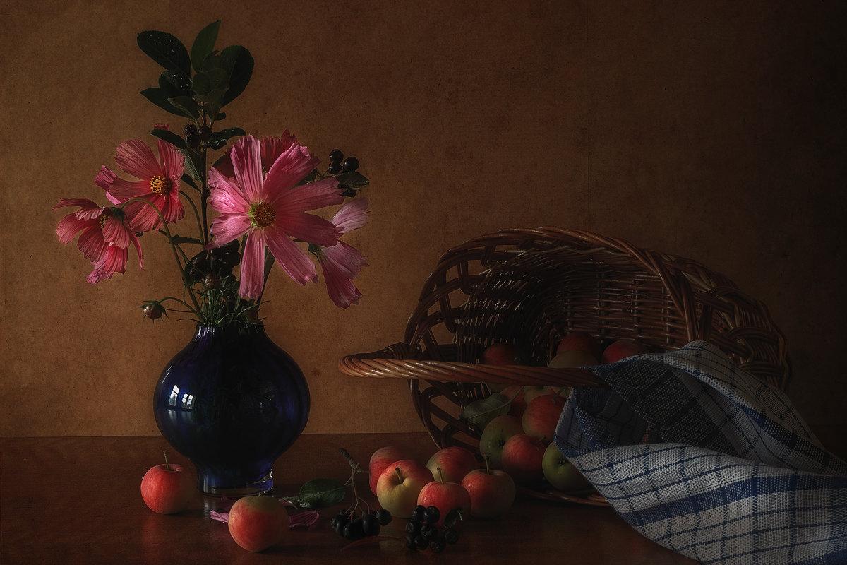 Натюрморт с яблоками и космеями - Natalia Furina