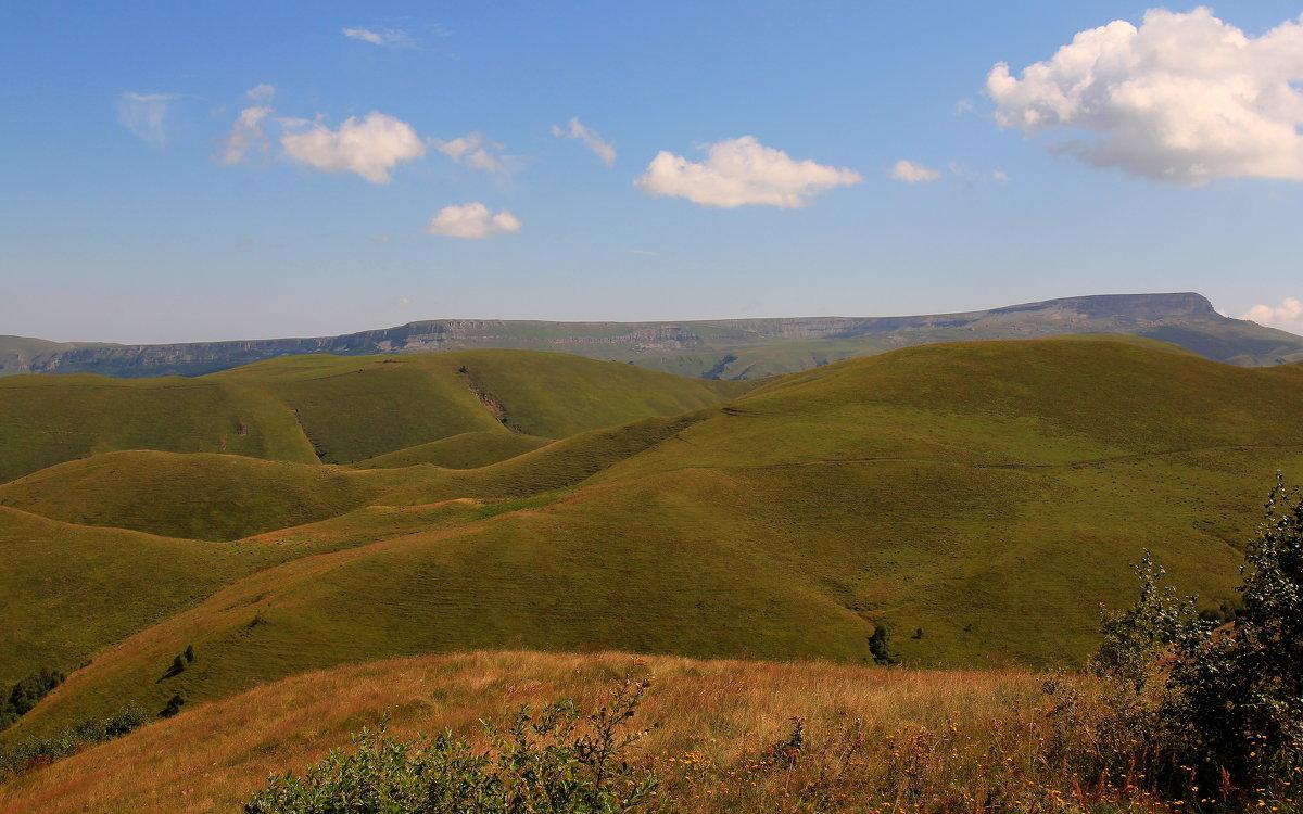 Вид на плато Бийчесын, Скалистый хребет и плато Малый Бермамыт (высота 2642 м.) - Vladimir 070549
