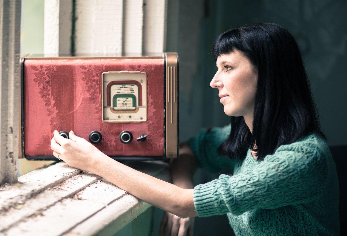 Со старым радиоприёмником.... - игорь козельцев