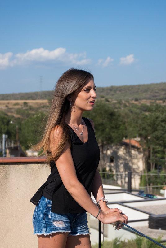 Девушка на балконе своего дома. - Мария Собко