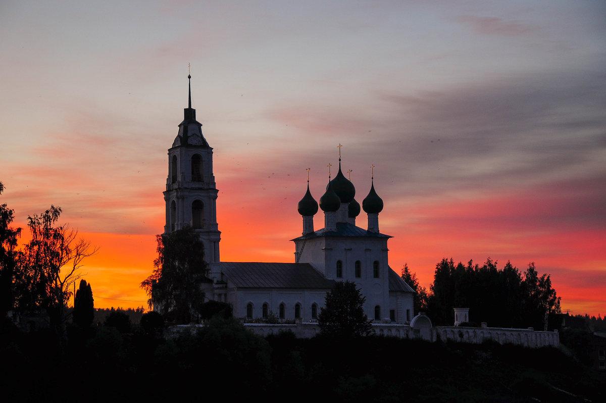 Церковь на фоне заката. Поздний вечер на реке Волге. - Сергей Тагиров