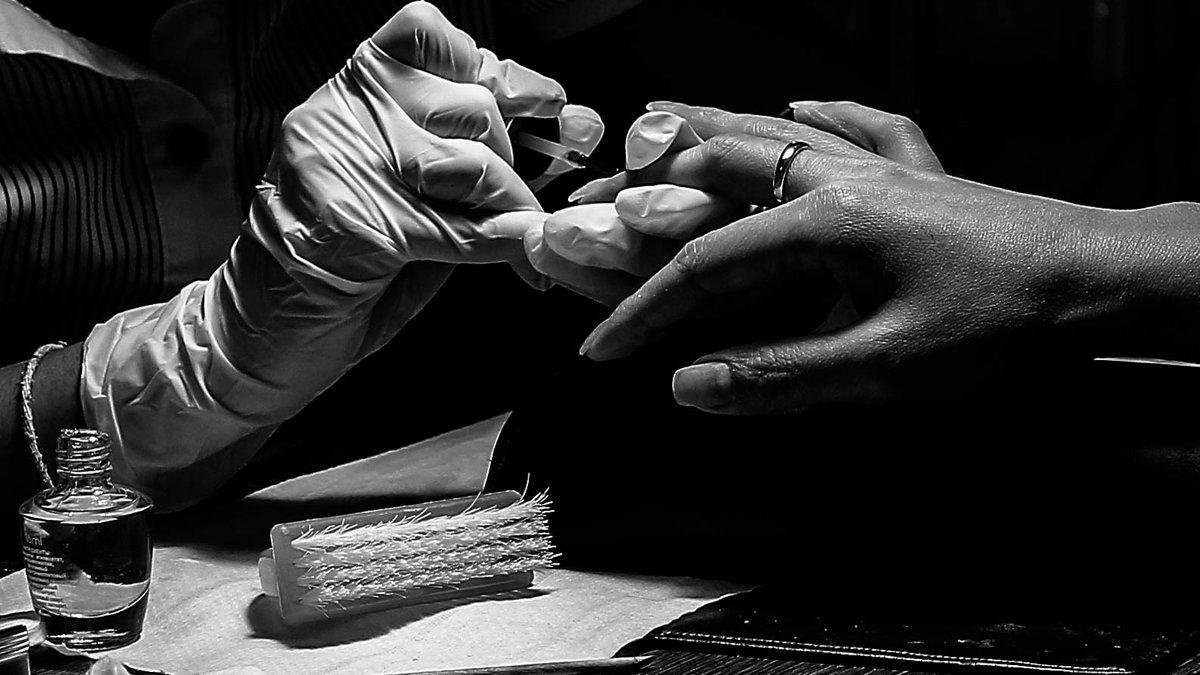 Руки мастера маникюра и клиентки - Ilona An