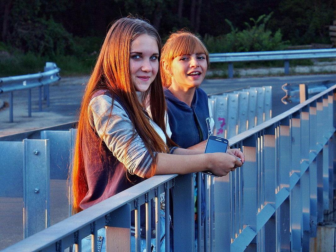 В окрестностях Гадюкино. Такие вот девчушки на мосту вчера стояли - Александр Резуненко