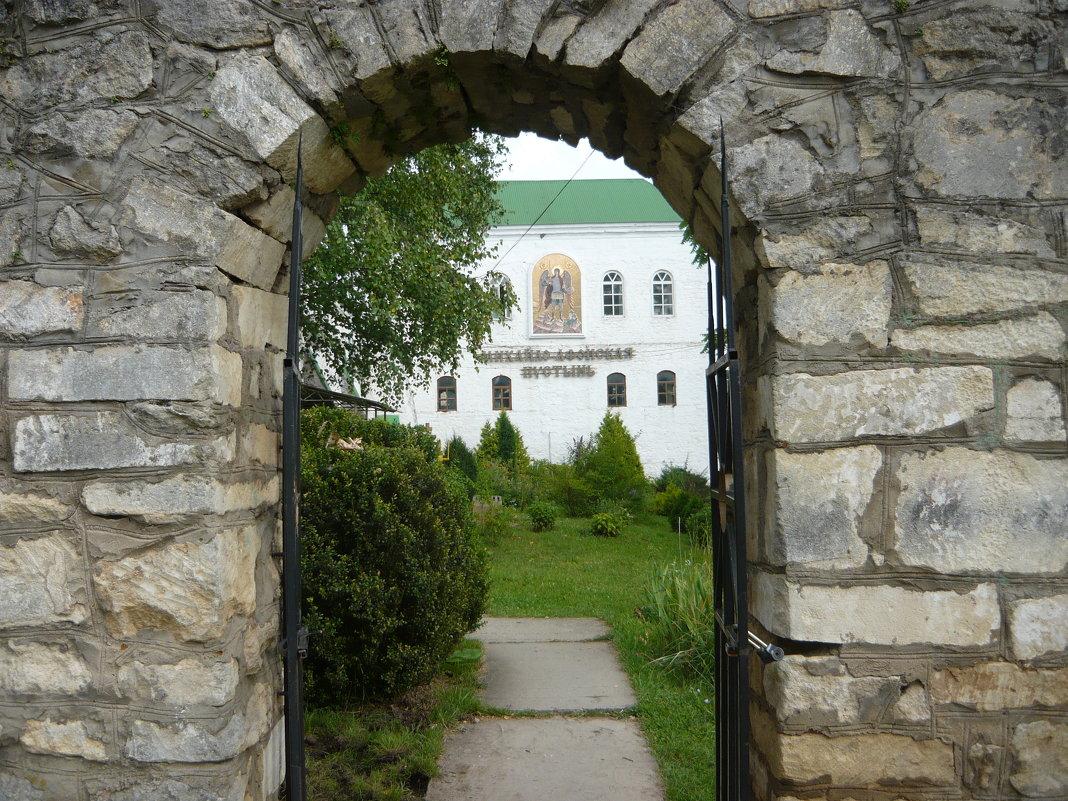 Главный вход в монастырь - Надежда