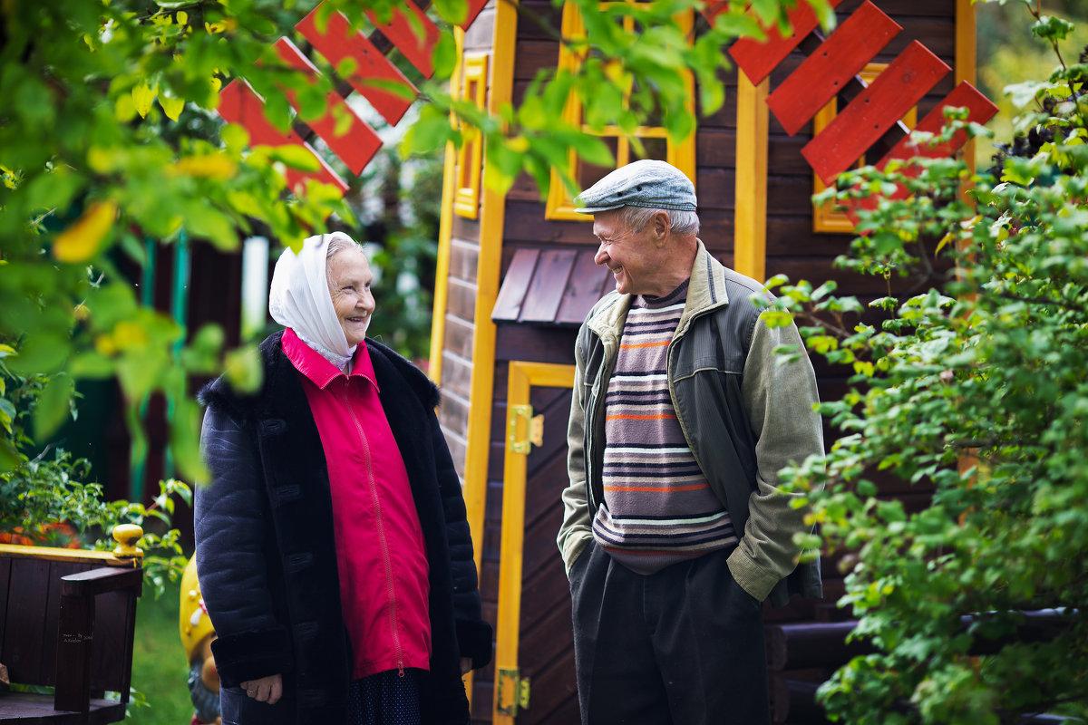 Бабушка рядышком с дедушкой . - Андрей