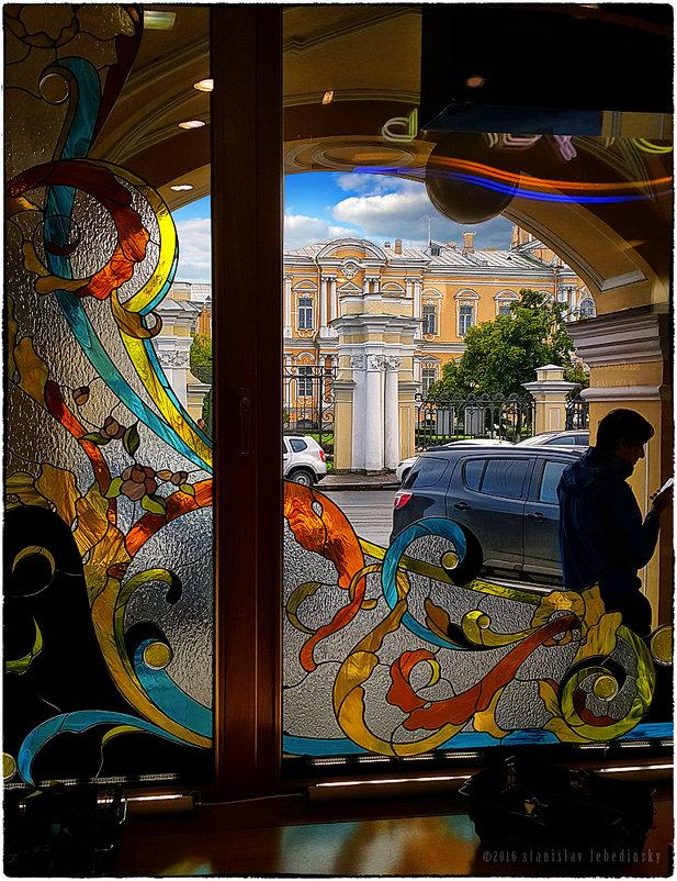 My magic Petersburg_02135 Витрина Гостиного двора с видом на фасад Воронцовского дворца - Станислав Лебединский