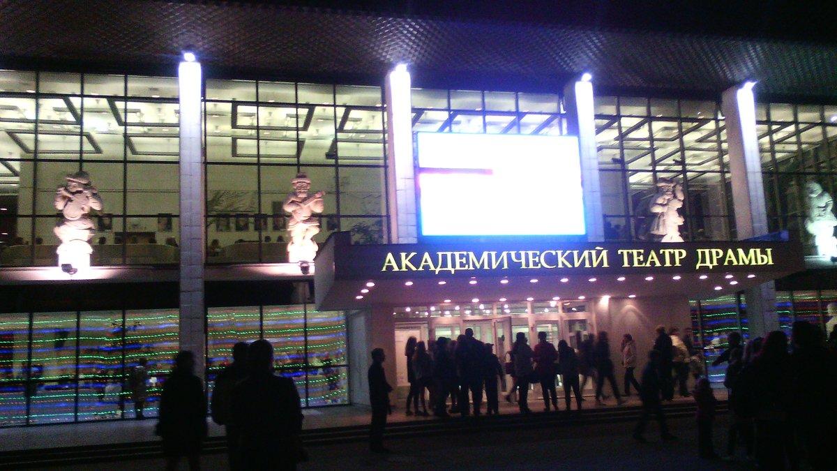 Театр уж полон... - Галина