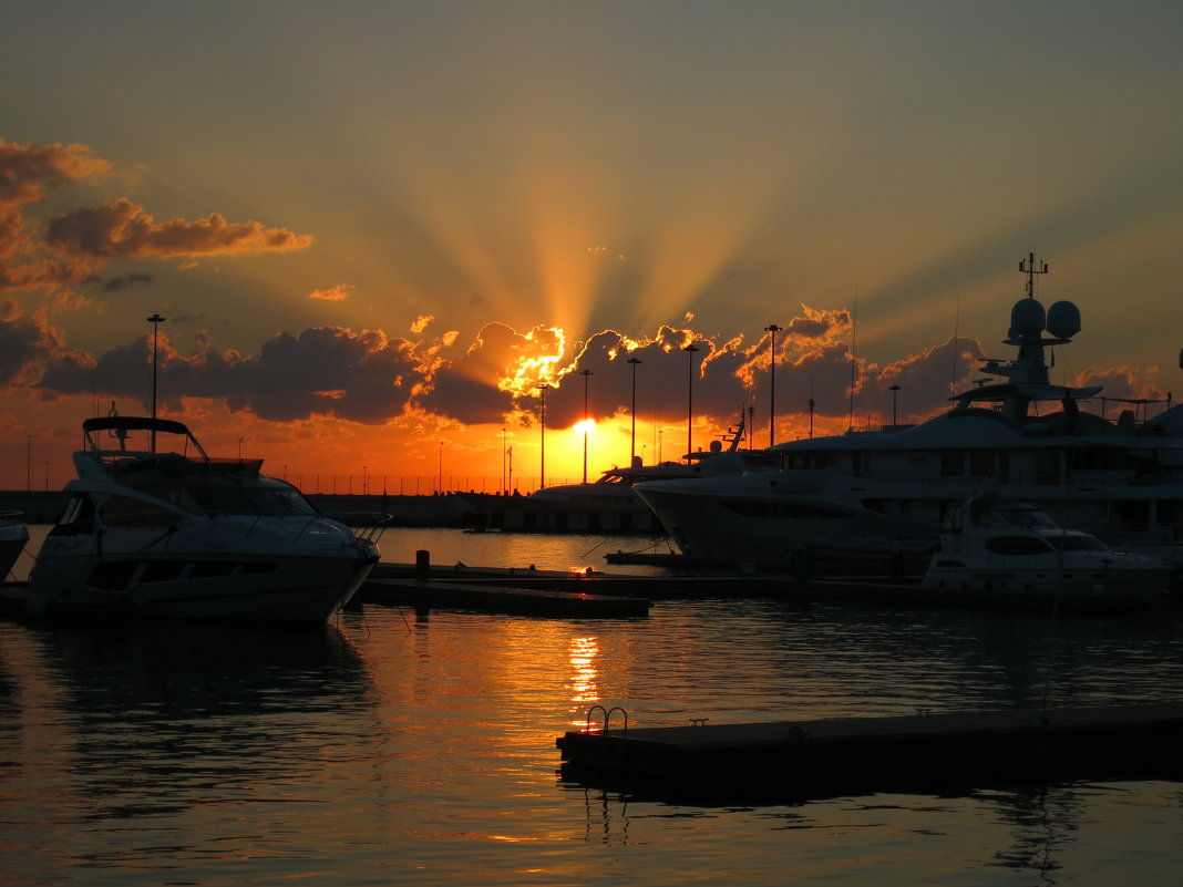 В морском порту на закате - valeriy khlopunov