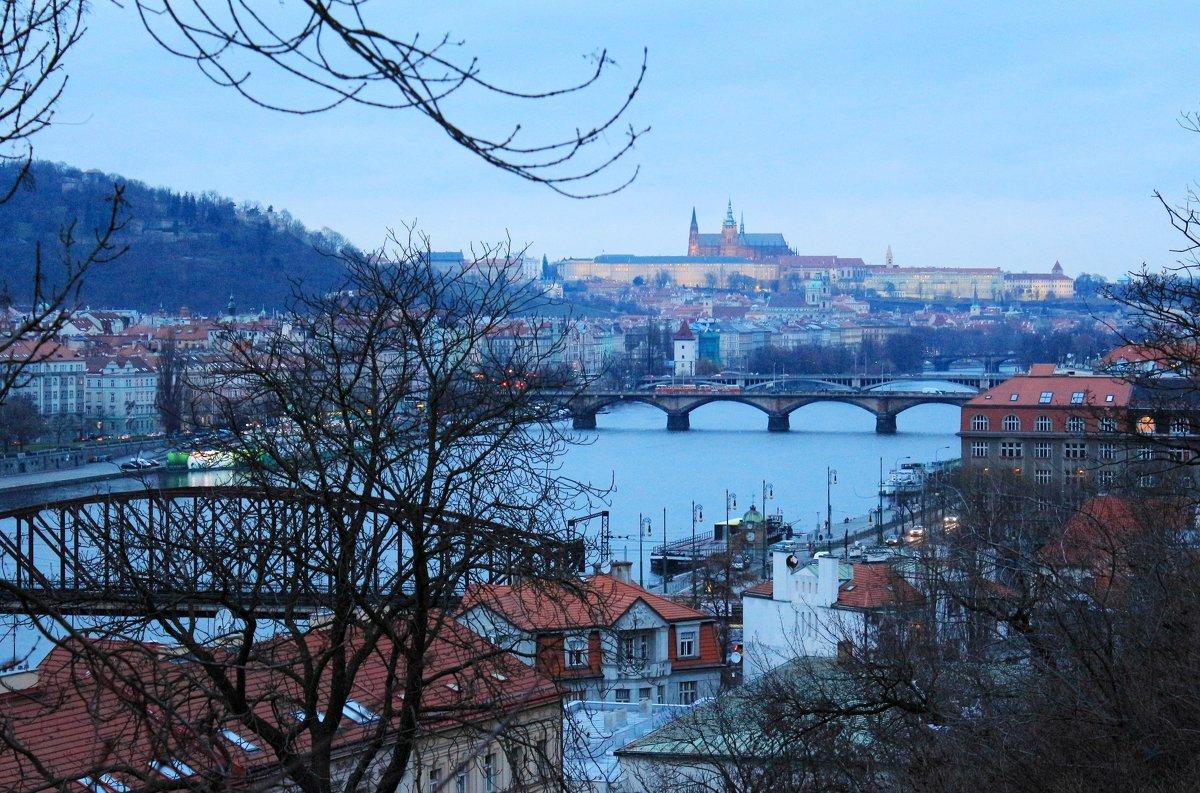 На  Прагу  опускаются  сумерки - Наталья Казанцева