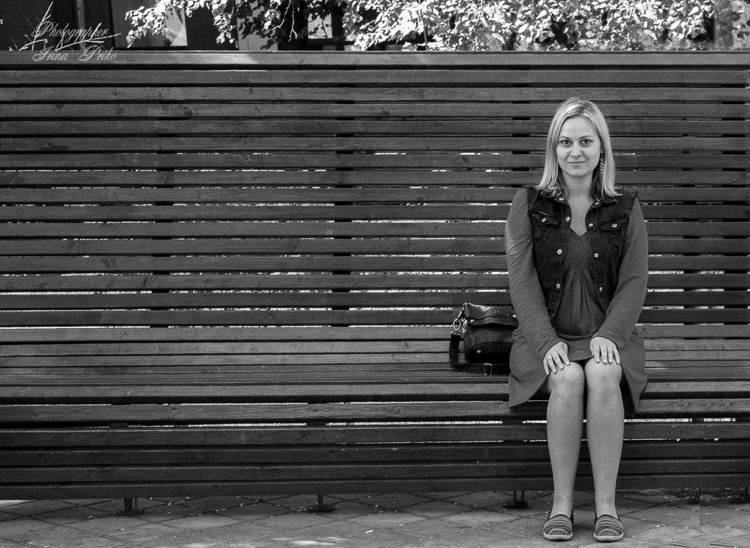 Девушка на скамейке - Ирина
