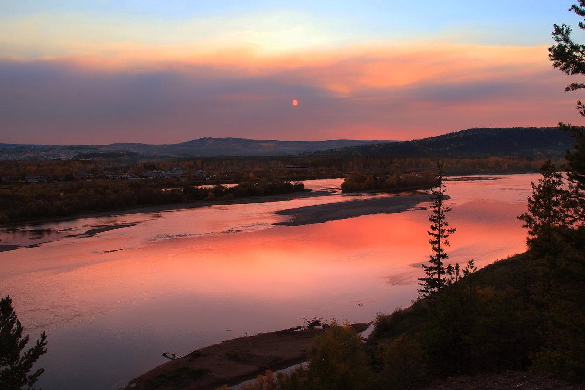 осень, вечернее зарево от пожаров в лесах Иркутской области. - Александр