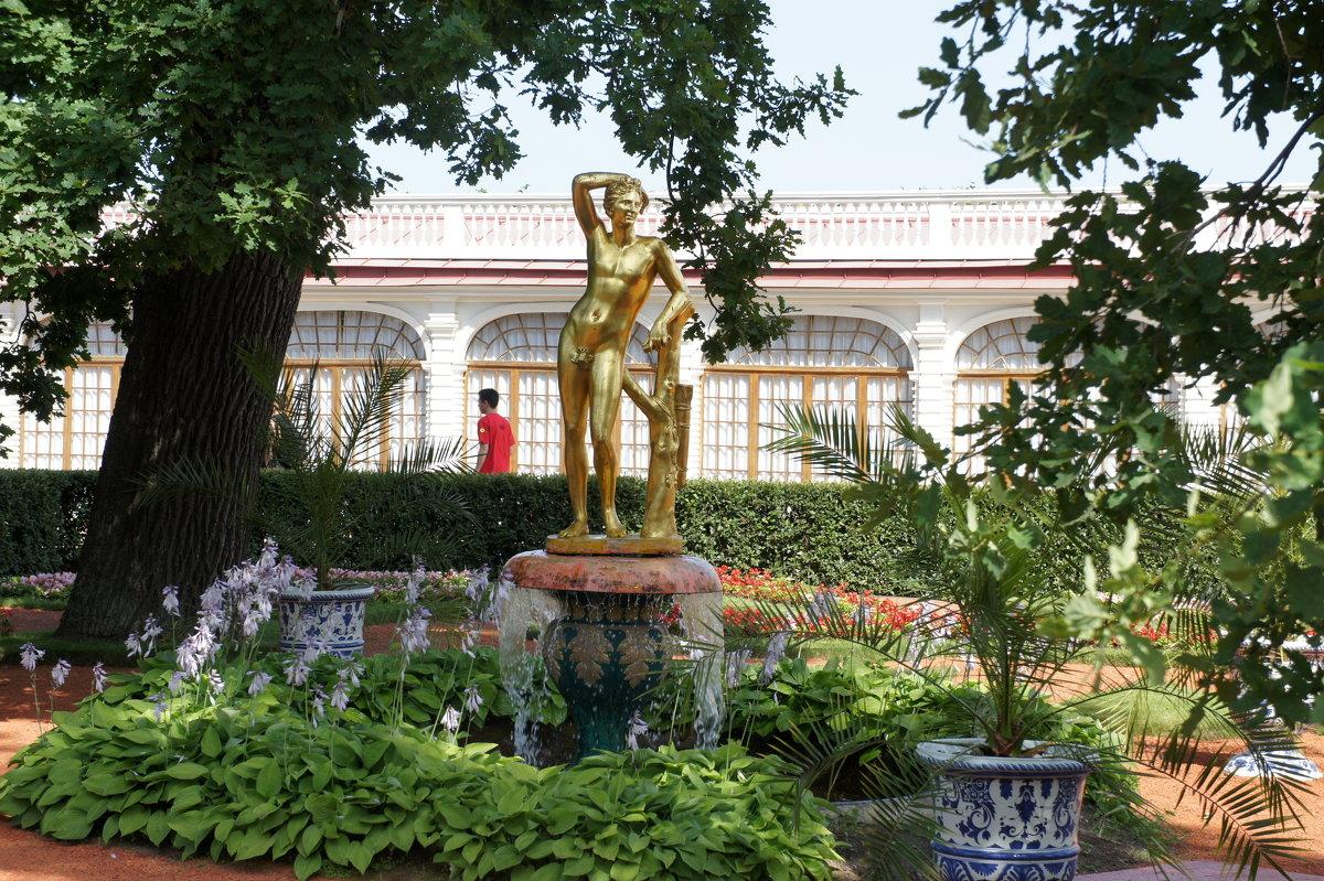 Фонтан «Колокол», декорированный золоченой бронзовой статуей Аполлона - Елена Смолова