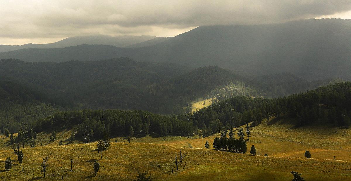 И луч дневной, горит в горах на рёбрах туч - Сергей Жуков