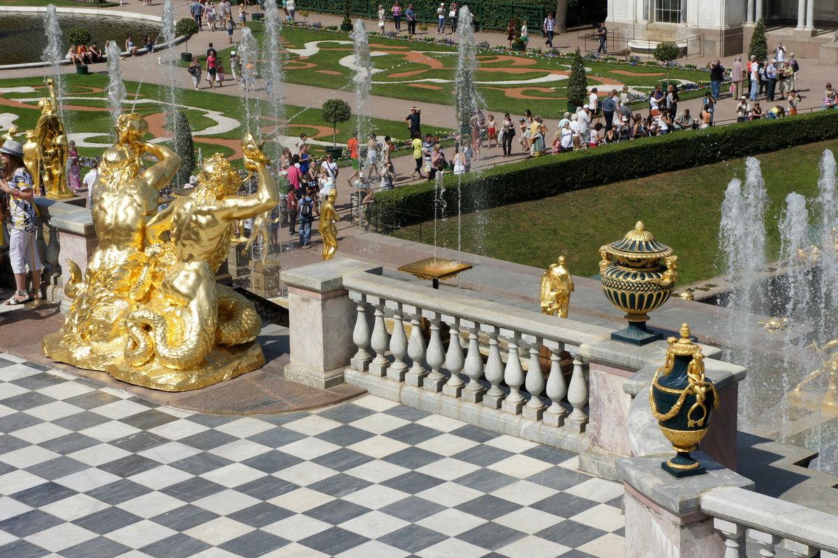 Вид с террасы Большого Дворца. Трубящие тритоны на площадке Малого (Верхнего) грота Большого каскада - Елена Павлова (Смолова)