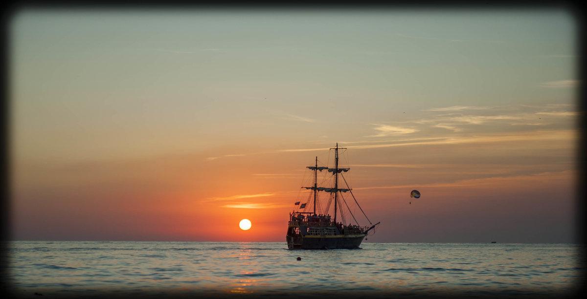 ...и шел корабль на закат, и солнце пало к горизонту... - Евгений Khripp