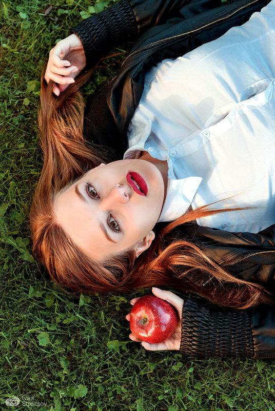 Девушка с яблоком - Ivan S.
