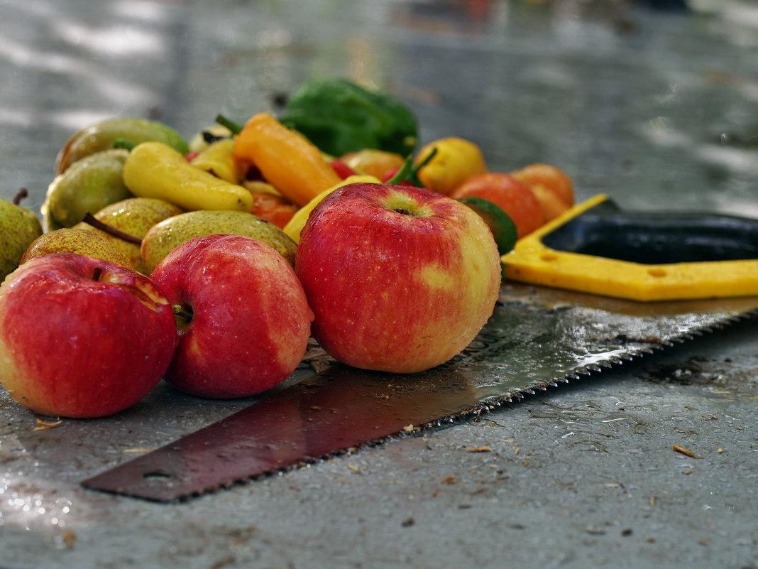Осени мотивы. Натюрморта дачная яблочно-грушёвая перцово-ножовочная - Александр Резуненко