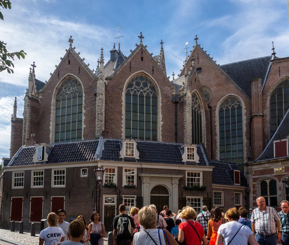 Старая церковь Амстердама в квартале красных фонарей - Witalij Loewin