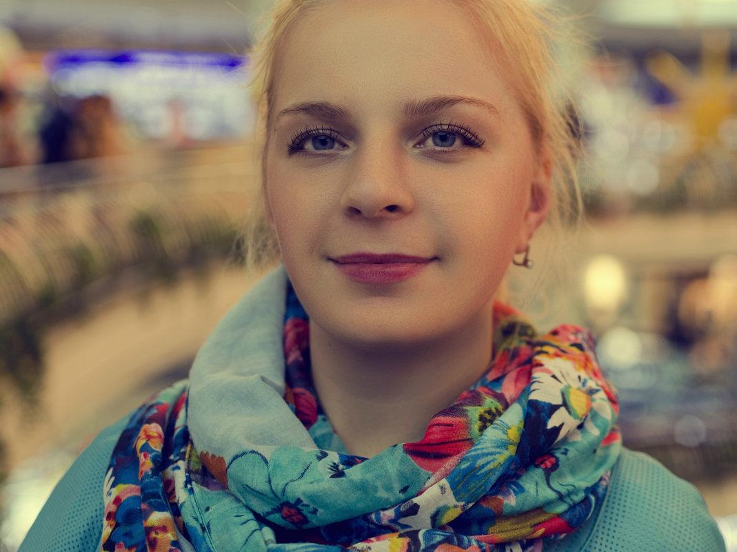 Девушка в торговом центре. - Дмитрий Строж
