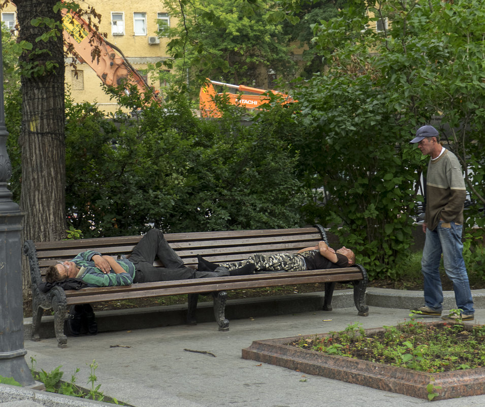 ИЗ ЖИЗНИ ОТДЫХАЮЩИХ В МОСКОВСКИХ СКВЕРАХ - Александр Шурпаков