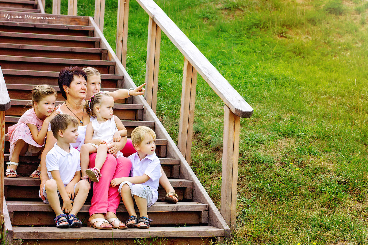 Бабушка с внуками - Ирина Шепотько