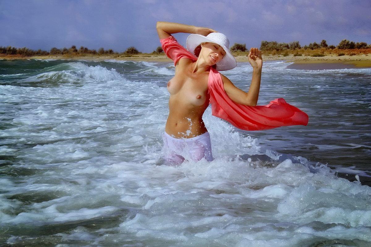 Сильный ветер в лицо,  освежающий бриз.  С моря гонит волну, я вдыхаю пьянящее море.... - Елена