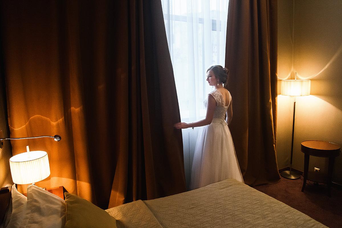 У окна - Алена Шпинатова