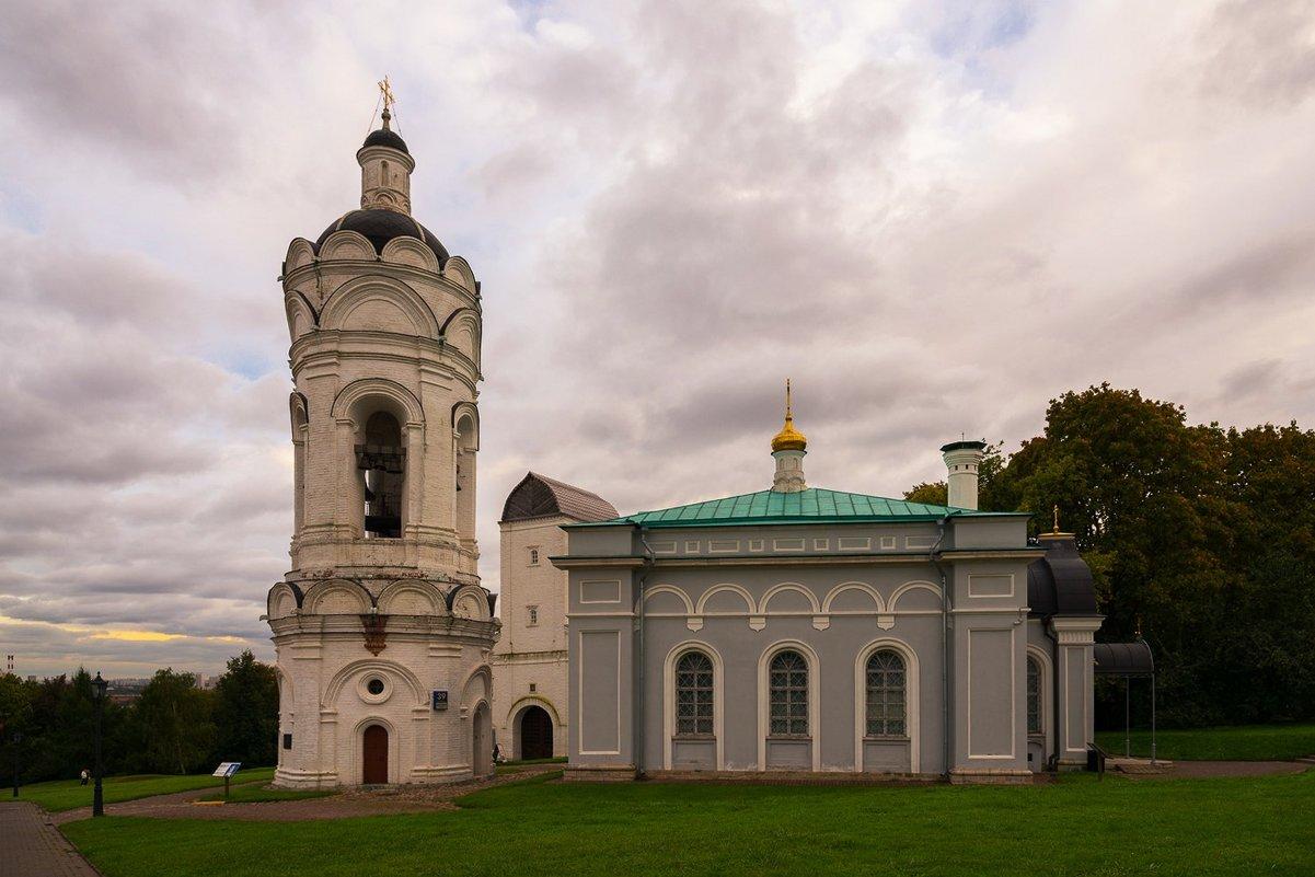 Круглая башня и храм Георгия Победоносца в Коломенском. - Александр Тулупов