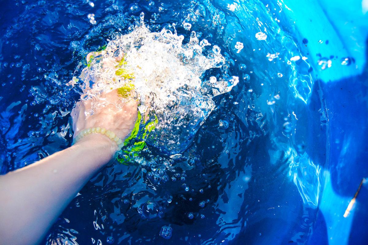 брызги воды и рука - Света Кондрашова