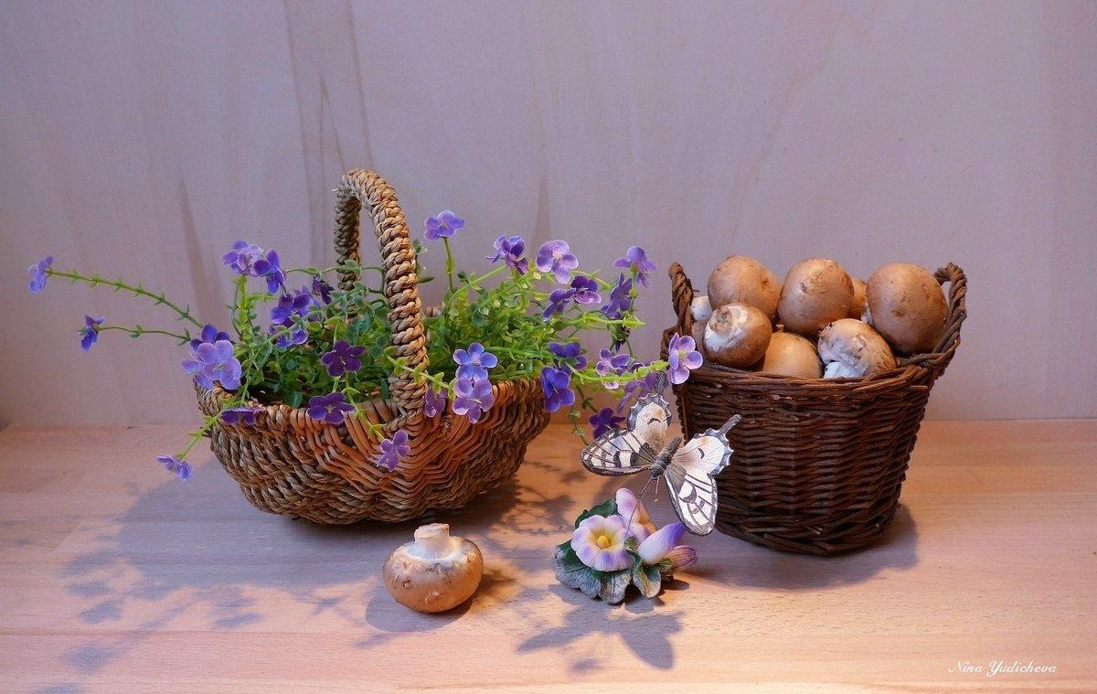 Фиолетовые цветочки в корзинке, шампиньоны и бабочка - Nina Yudicheva